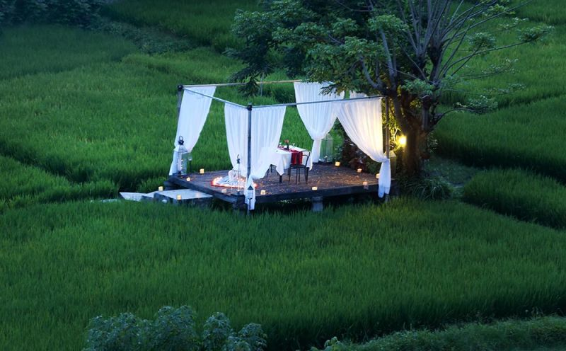 romantic outdoor dinner plataran